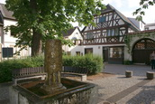 Marktplatz in Bretzenheim, Plaggen, mit Brunnen