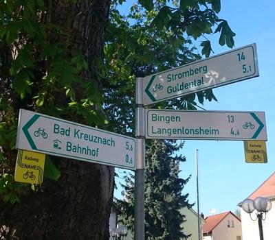 Wegweiser für Radfahrer in der Ortsmitte von Bretzenheim/Nahe