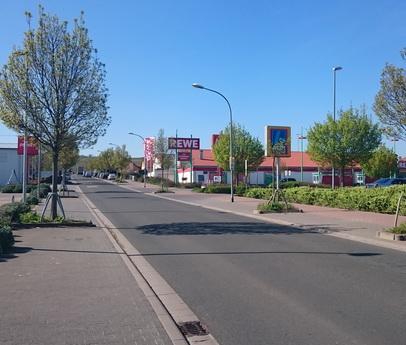 Gewerbegebiet mit Einkaufsmärkten, Blick vom Kreisel B48 aus
